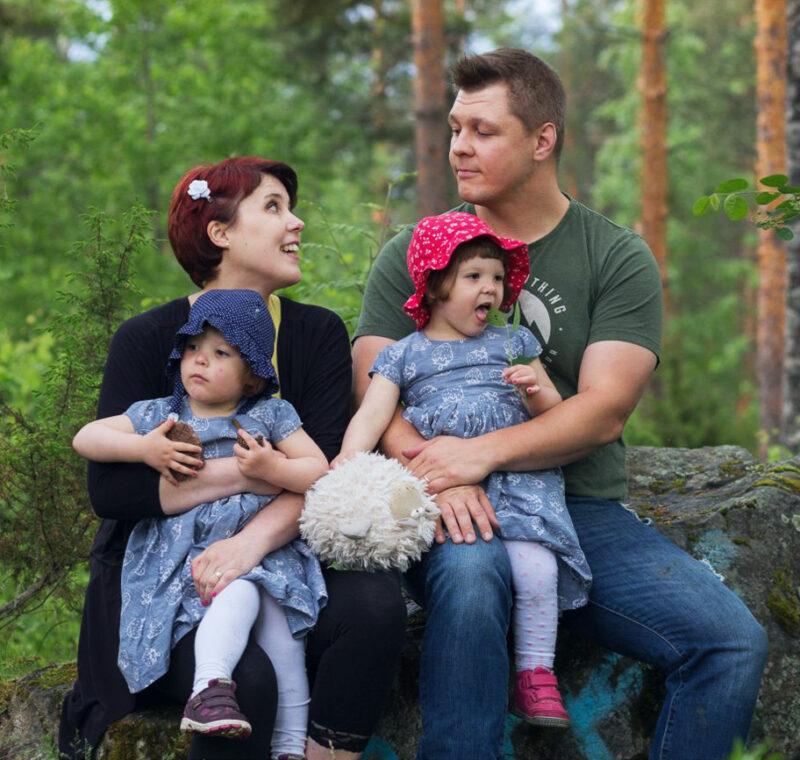 Perhe istuu kivellä