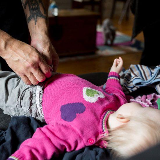 isän kädet, isä pukee lasta