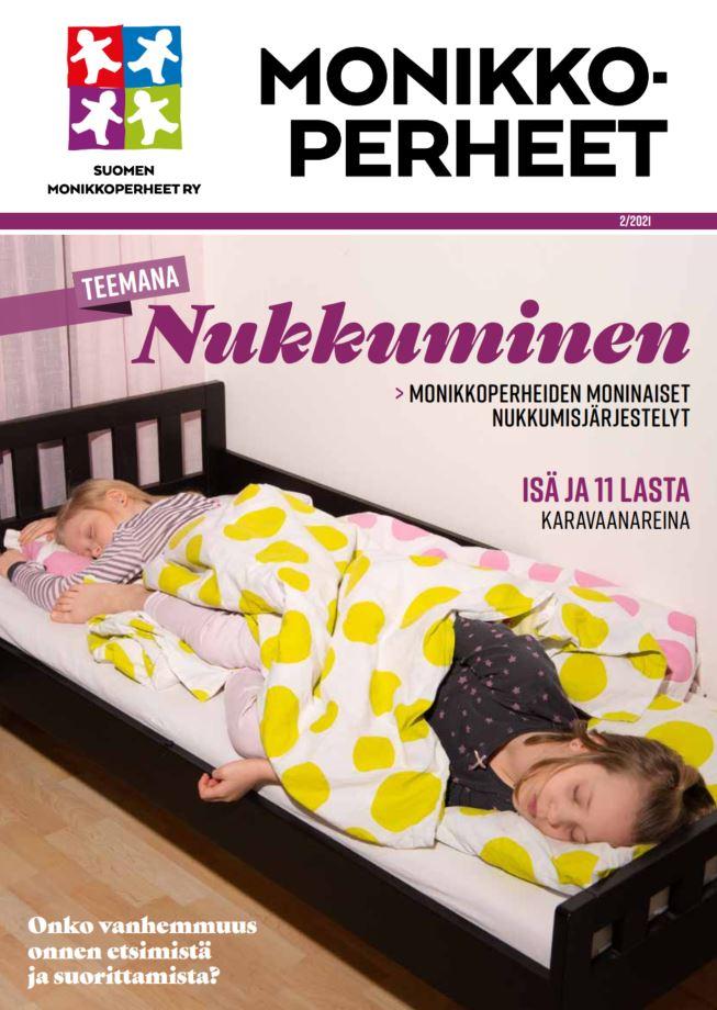 lehden teemana nukkuminen, kaksi lasta nukkuu lasten sängyssä jalat vastakkain.