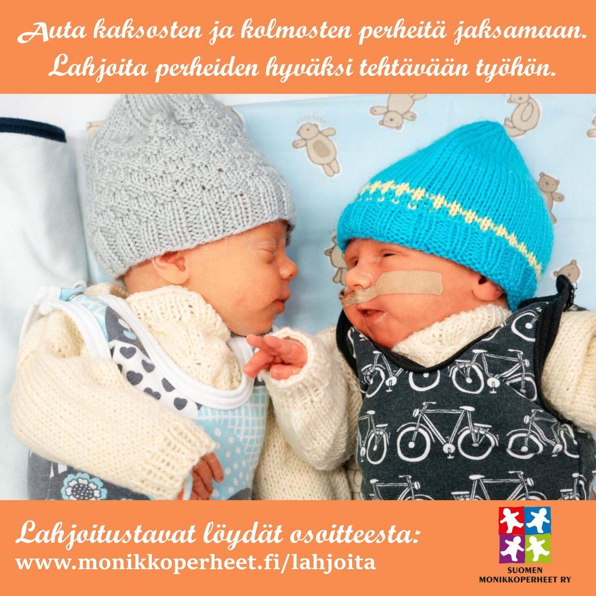 Auta kaksosten ja kolmosten perheitä jaksamaan. Lahjoita perheiden hyväksi tehtävään työhön. Kaksi vauvaa kasvokkain neulepipot päässä ja potkuhousut ja neulepaidat päällä.