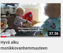 Hyvä alku monikkovanhemmuuteen videon kuvakaappaus, taaperoikäiset kaksoset leikkivät lattialla lelujen seassa.